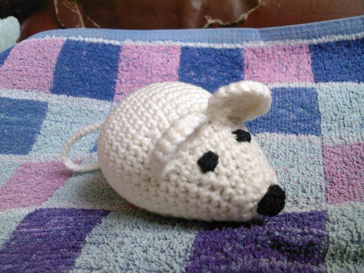 Крючком вязанная мышка