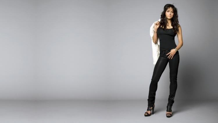 фото красивых девушек в серых брюках